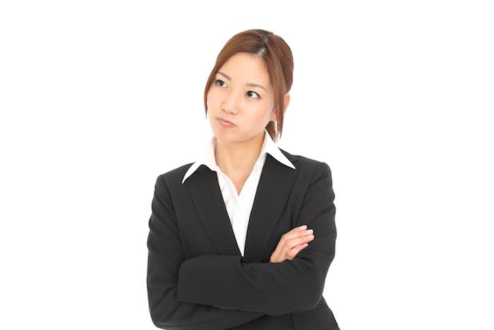 怒っているスーツの女性
